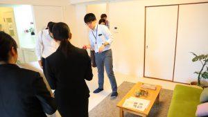 リノベーション住戸の見学の様子。先輩職員が住戸の特長説明しています。